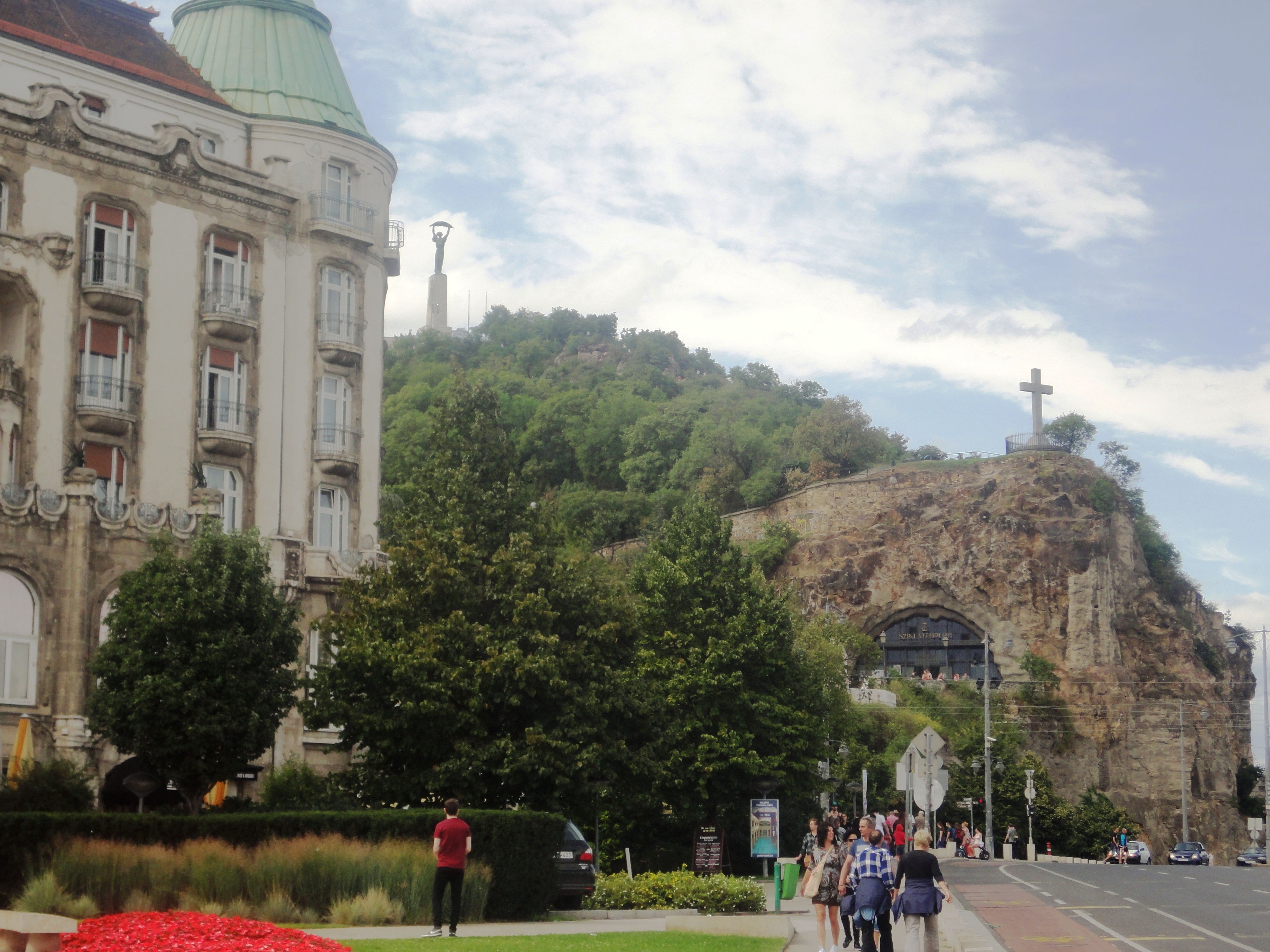 Вид на гору Геллерт и статую Свободы
