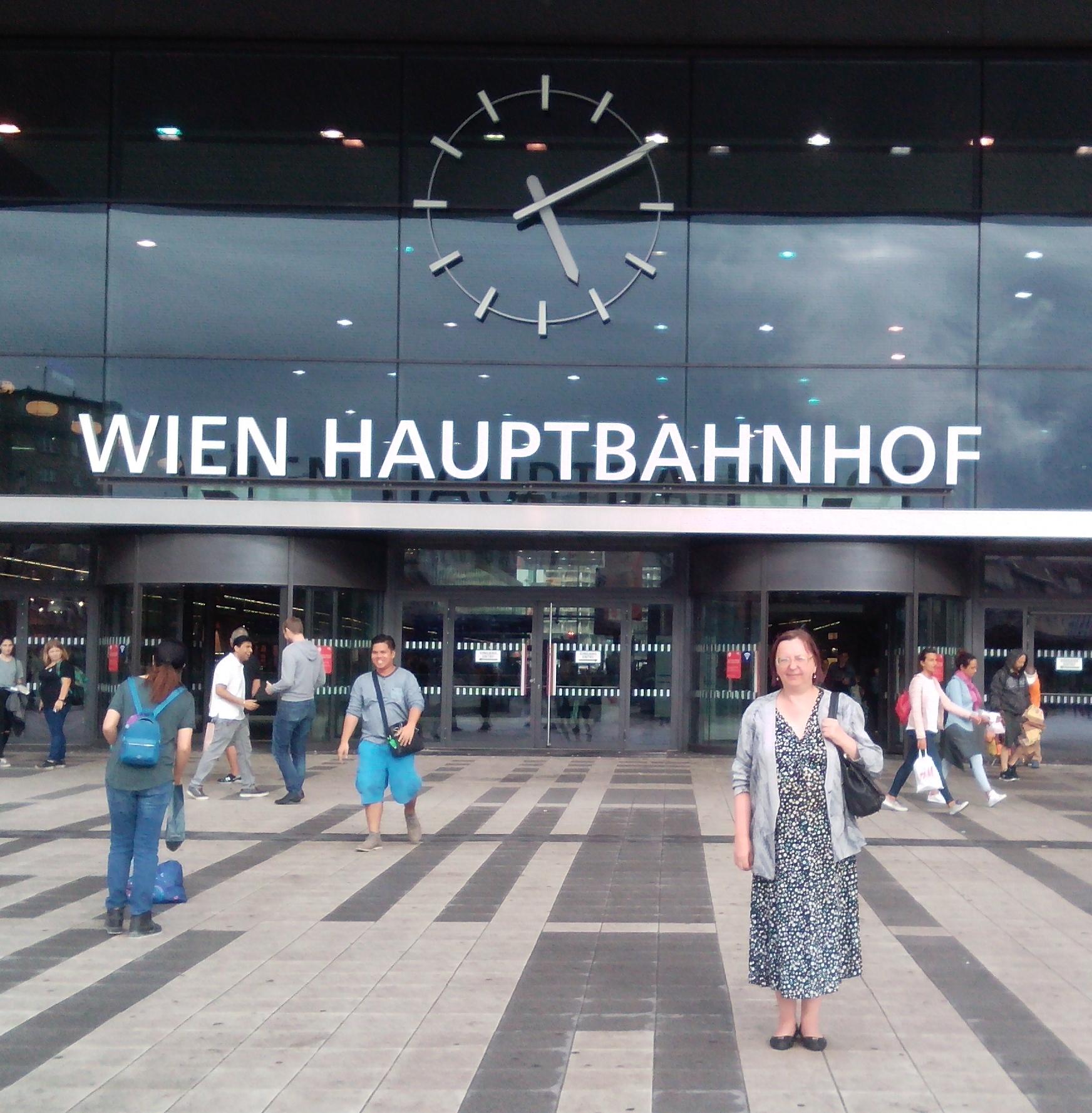 У центрального вокзала Wien Hauptbahnhof